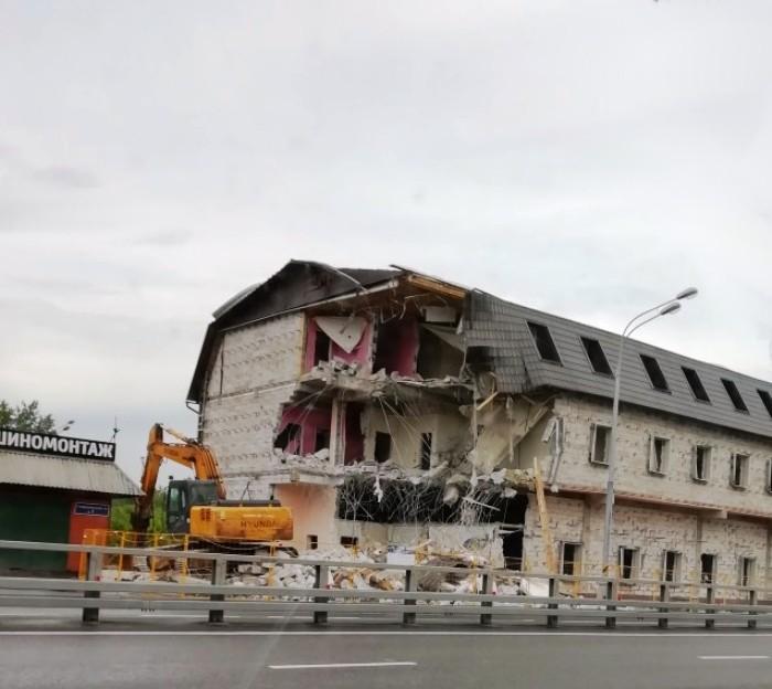 Госинспекция по недвижимости приступила к сносу трехэтажного самостроя в ТиНАО